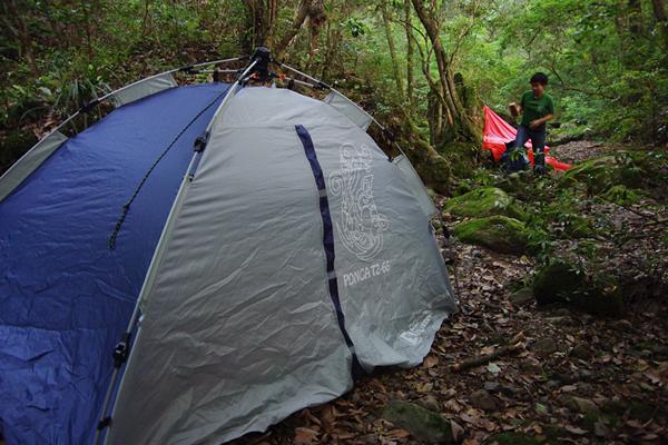 川沿いにテント設置
