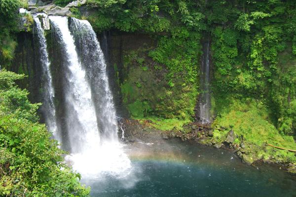 静岡県富士宮市、音止の滝にかかる虹