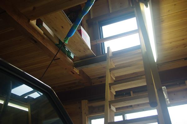 天井裏へ続く階段
