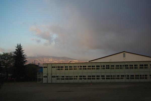 薄曇りの校庭