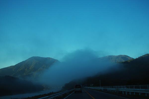 雲海が閉ざす道