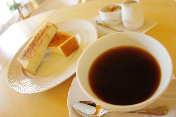 コーヒーとシナモントーストのモーニング