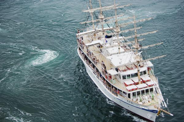 渦潮と大型観潮船