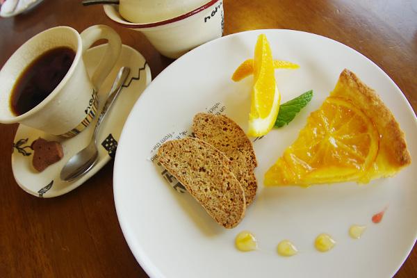 オレンジのタルトとホットコーヒー