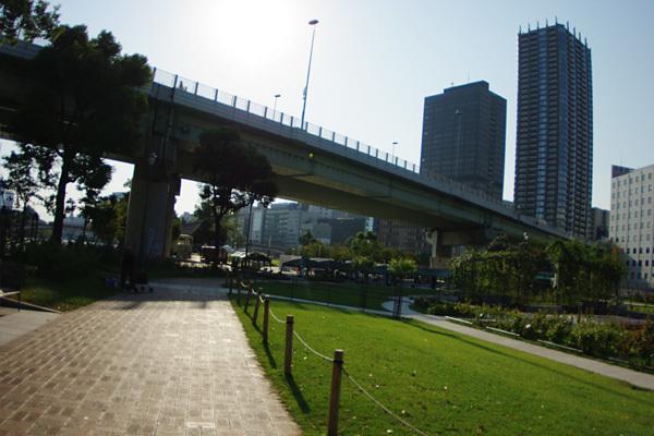 阪神高速高架下