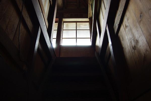 2階へ……